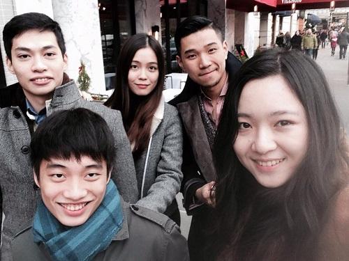 Anh Sa (ngoài cùng bên phải) chụp cùng Anh trai Đỗ Hoàng Việt và các bạn tại New York