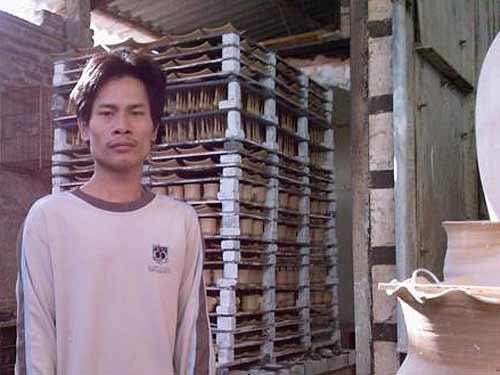 Phạm Anh Đạo bị câm điếc từ nhỏ, anh cũng là nghệ nhân duy nhất còn làm gốm vuốt tay ở Hà thành