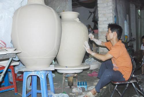 Nghệ nhân Phạm Anh Đạo thực hiện sản phẩm gốm Bát Tràng vuốt tay truyền thống