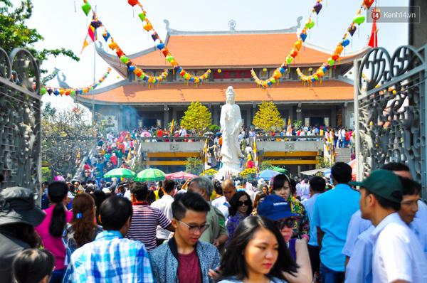 Chùa Vĩnh Nghiêm là một trong những chùa lớn nhất trung tâm Sài Gòn nên có nhiều người đi lễ.