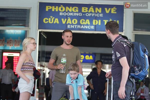Nhiều hành khách nước ngoài cũng phải chờ đợi chuyến tàu