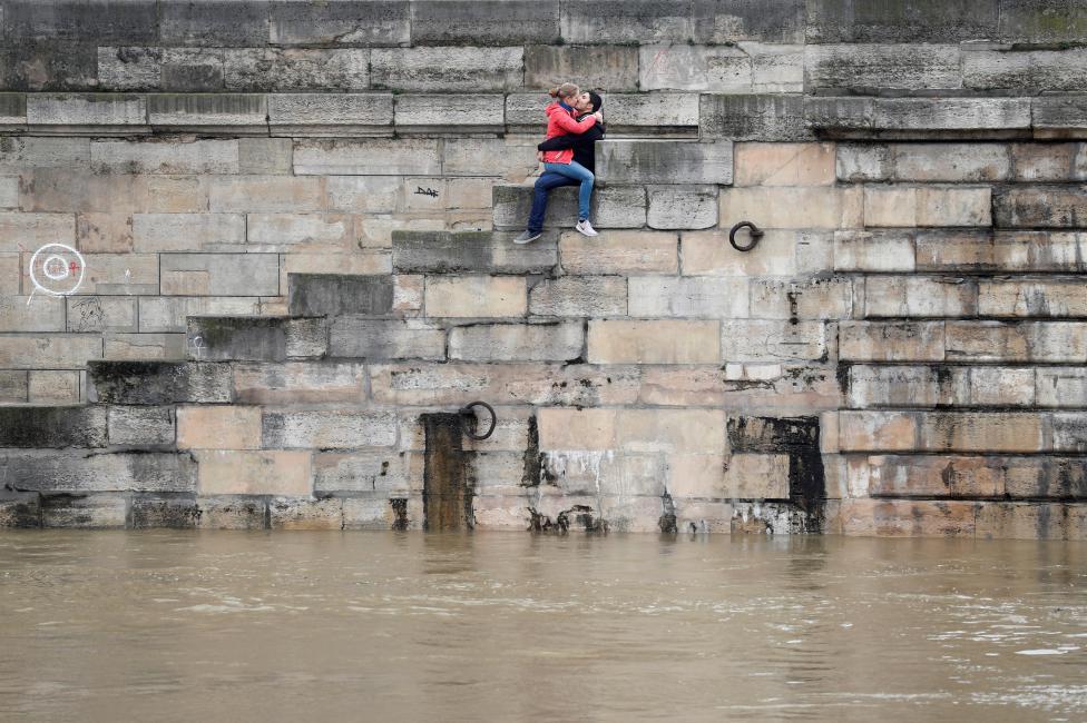 Một cặp đôi trao nhau nụ hôn bên bờ sông Seine kỷ niệm ngày nước sông tăng cao nhất 106 năm. Ảnh Charles Platiau / Reuters