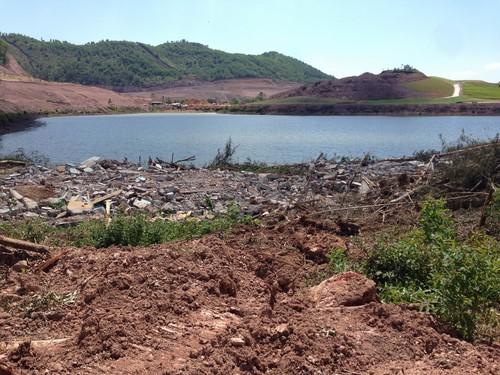Hồ Bờ Tân là do nhân dân đắp nên hồ chứa nước phục vụ tưới tiêu, sản xuất nông nghiệp cho hàng trăm mẫu lúa trong khu vực từ 50 năm nay.