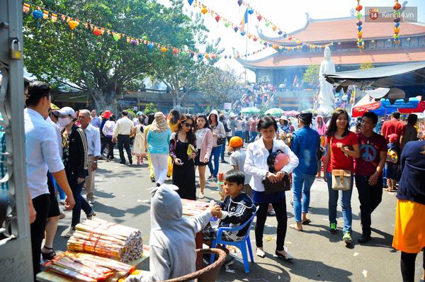 Khuôn viên chùa cũng đông đúc không kém.
