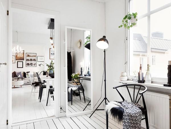 Gương và ghế ngồi là những vật dụng chẳng thể thiếu được trong phòng để trang phục.