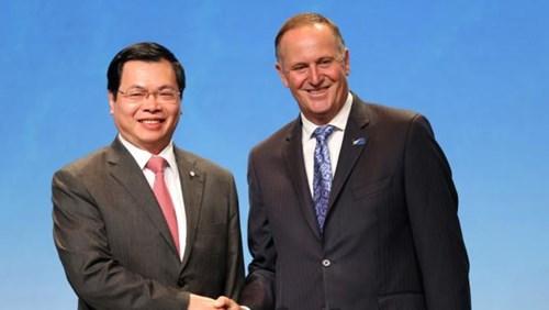 Thủ tướng New Zealand John Key (phải) bắt tay Bộ trưởng Bộ Công Thương Việt Nam Vũ Huy Hoàng sau lễ ký ngày 4/2 (Ảnh: AP)