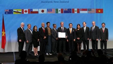 Đại diện các quốc gia thành viên TPP chụp ảnh chung sau lễ ký sáng nay tại Auckland, New Zealand (Ảnh: AFP)