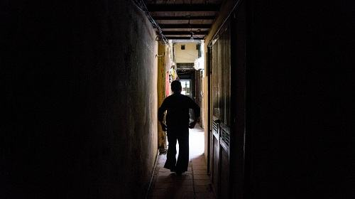 Việc đi lại trong ngõ cũng gặp nhiều khó khăn bởi chiều ngang rất hẹp và không đủ ánh sáng.
