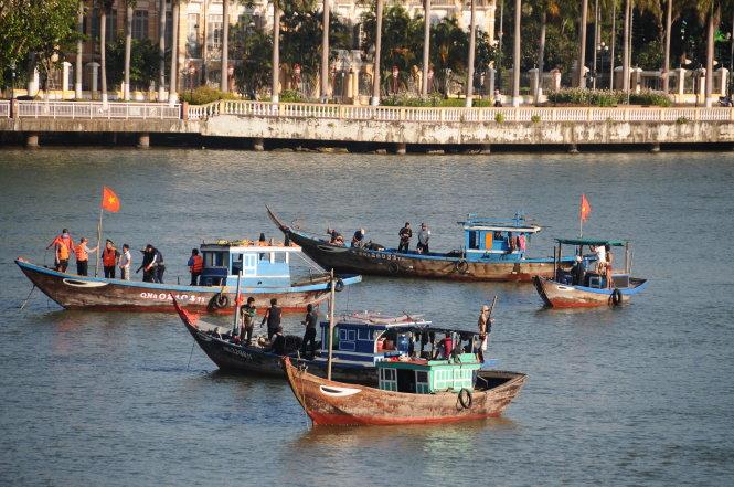 Tàu cá ngư dân chở thợ lặn quần thảo trên sông Hàn để tìm kiếm các nạn nhân - Ảnh ĐĂNG NAM