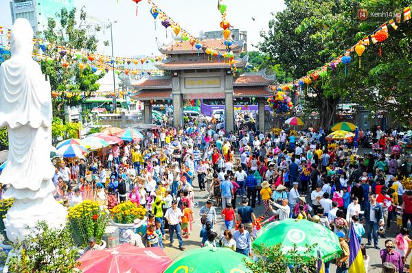 Hàng nghìn người cùng thắp hương cầu bình an ngày đầu năm.