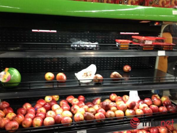 Kệ hoa quả cũng chỉ còn rất ít