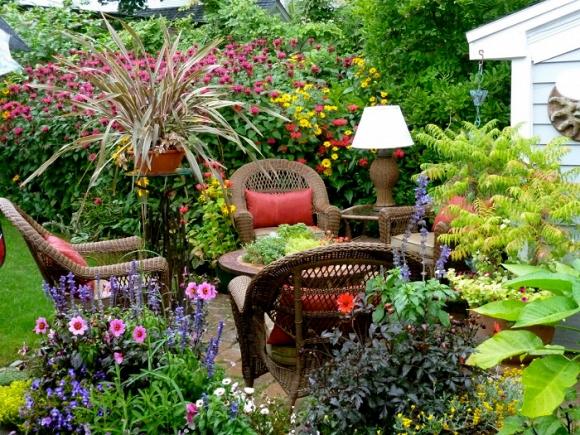 Đồ nội thất đan, đầy hoa và cây trồng khác nhau.