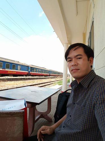 Một hành khách kẹt tại ga Bình Triệu đang ngồi trước cửa ga để chờ thông tin. Tuy nhiên, sau hơn 30 phút hỏi một số nhân viên nhà ga, câu trả lời nhận được là chưa có thông tin gì mới.