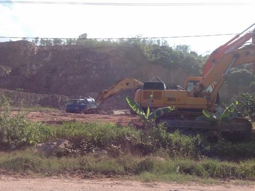 Máy xúc, máy ủi đang thi nhau bới móc đất đồi.