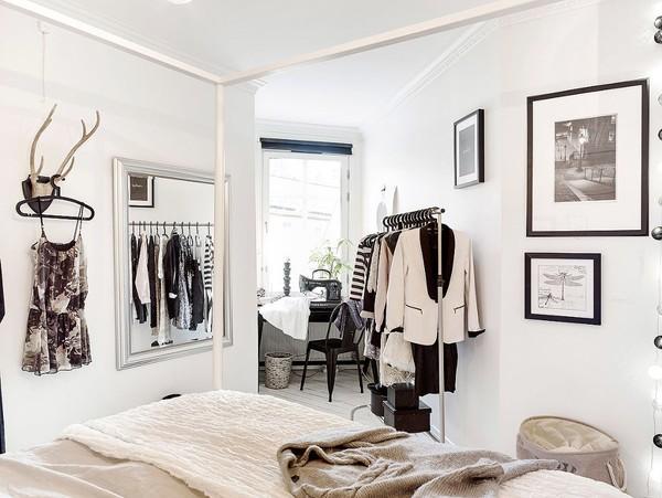 Những món trang phục sử dụng hàng ngày được chủ nhân sắp xếp ngăn nắp, chiếm diện tích khiêm tốn.