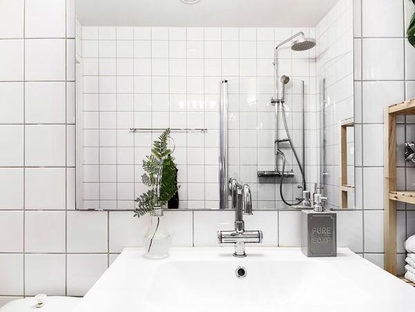 Phòng tắm mang lại cảm giác sạch sẽ với việc ốp đá toàn bộ.