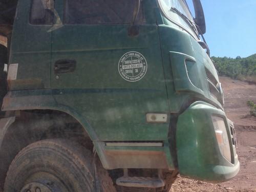 Hàng ngày, hàng chục chiếc xe tải cỡ lớn di chuyển trên con đường vào dự án.