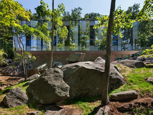 Các nhà thiết kế của tòa nhà cho biết, vật liệu xây dựng cho phép nhà có thể lưu trữ được một nguồn năng lượng mặt trời lớn trong những ngày trời đông giá rét.