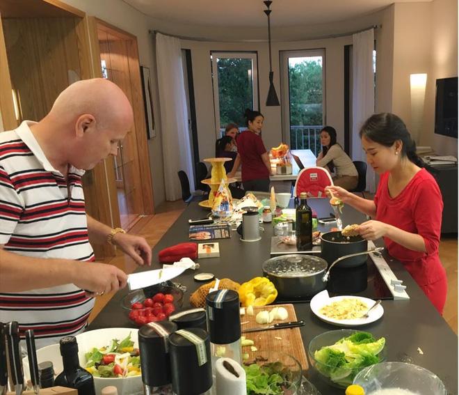 Thu Minh cùng chồng ngoại quốc tự tay vào bếp chuẩn bị đồ ăn tiếp đãi bạn bè tới chơi.