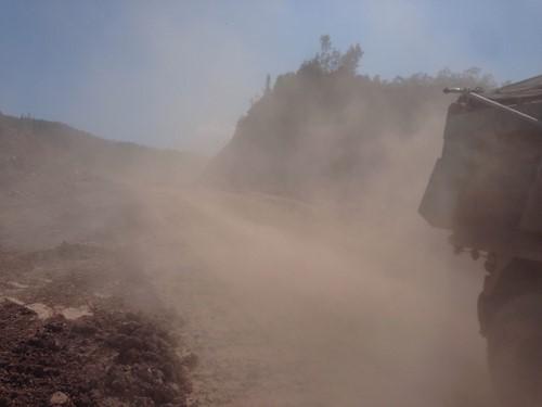 Bụi đất mịt mù trên tuyến đường mà các xe chở đất này chạy qua.