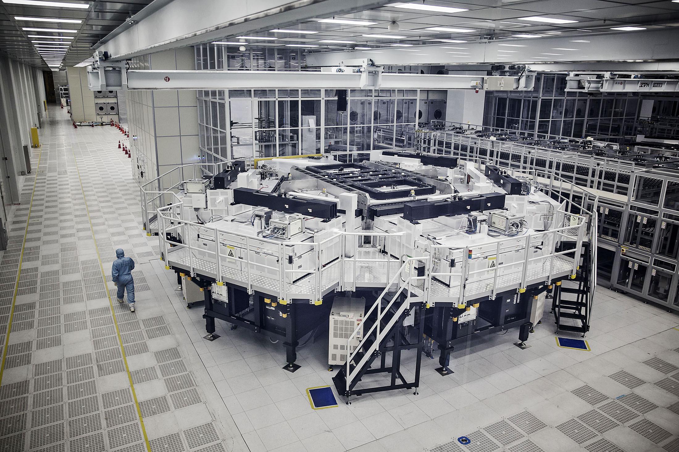 Dây chuyền lắp ráp tự động hoàn toàn tại nhà máy BOE tại Trùng Khánh. Ảnh: Qilai Shen/Bloomberg