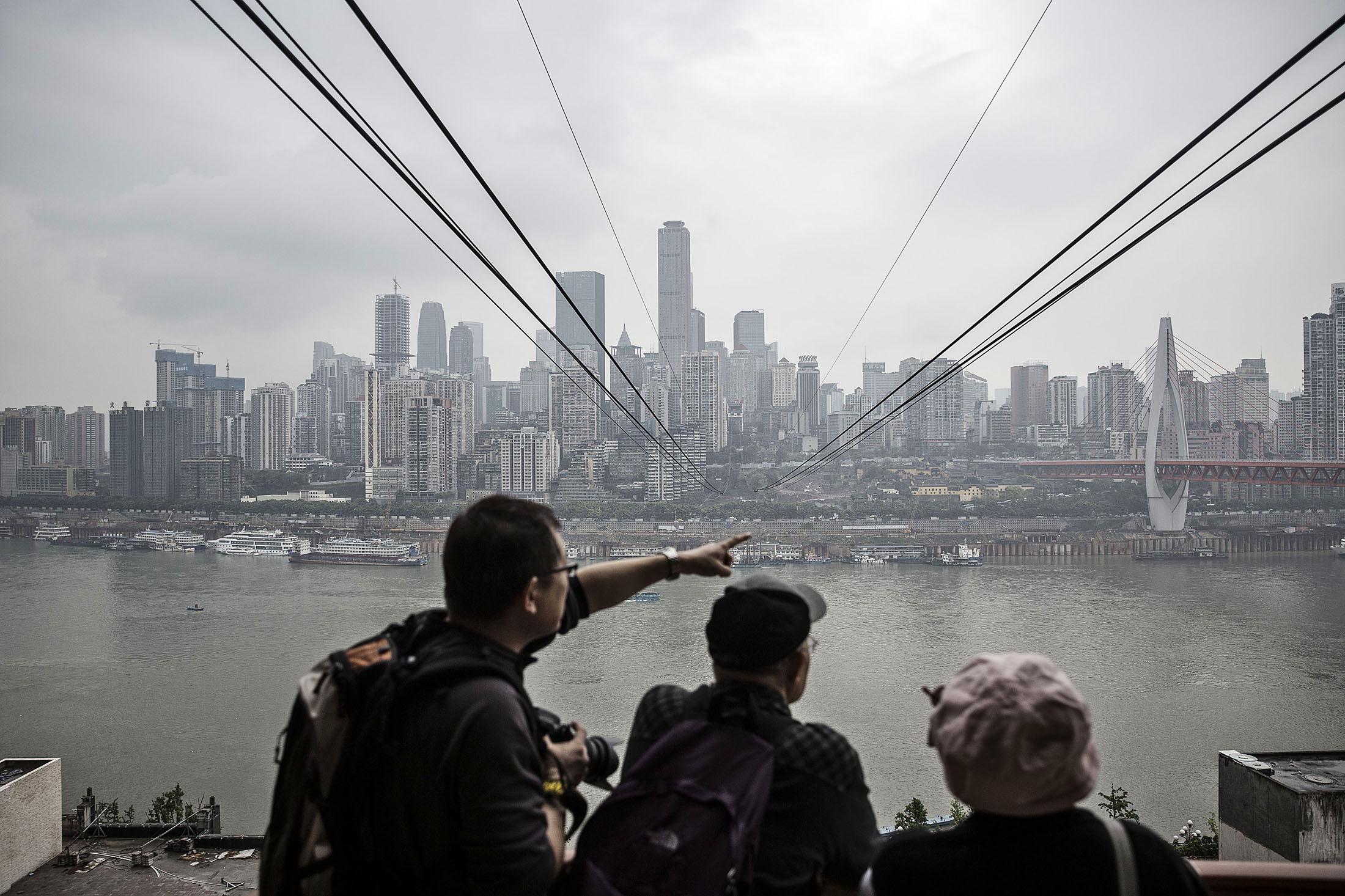 Du khách đợi đi cáp treo trên sông Trường Giang, Trùng Khánh. Ảnh: Qilai Shen/Bloomberg