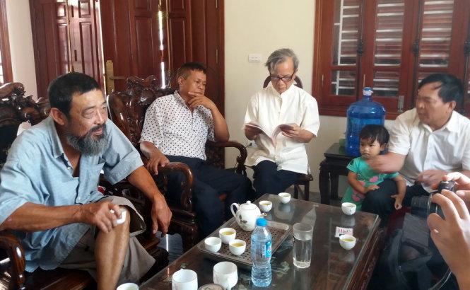 Anh em dòng họ Lê tụ họp mong ngóng thông tin đại tá Lê Kiêm Toàn - Ảnh: Dương Liễu