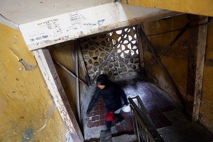 Tầng nào của khu nhà A Ngọc Khánh (quận Ba Đình, Hà Nội) cũng phải gia cố thêm sắt chống đỡ tạm. Ảnh: KỲ ANH - HẢI NGUYỄN