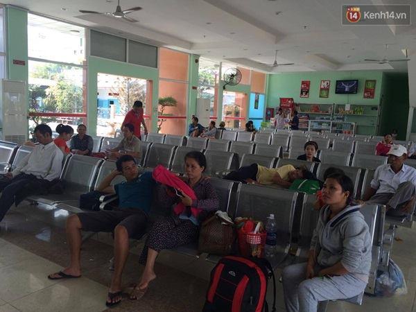 Hành khách chờ đợi ở ga Biên Hòa.