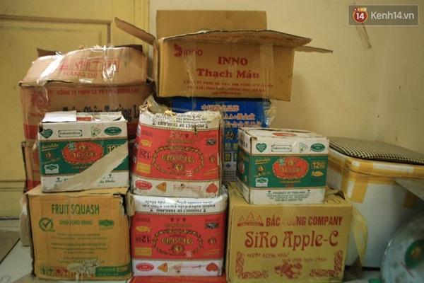 Thu giữ nhiều phụ gia thực phẩm không rõ xuất xứ tại chợ Đồng Xuân - Ảnh 2.