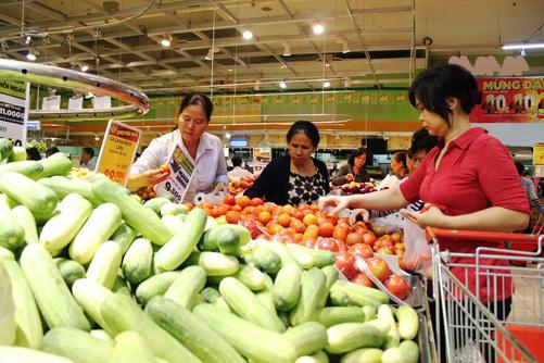 Sau Tết, mặt hàng rau xanh luôn thu hút người mua.
