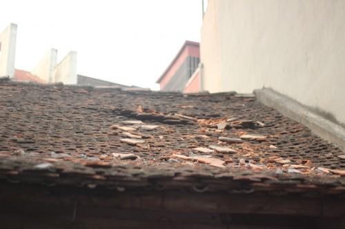 Mái nhà của gia đình anh Bình bị vật liệu xây dựng từ Dự án The Sun Garden - 89 Phùng Hưng rơi gây thủng.