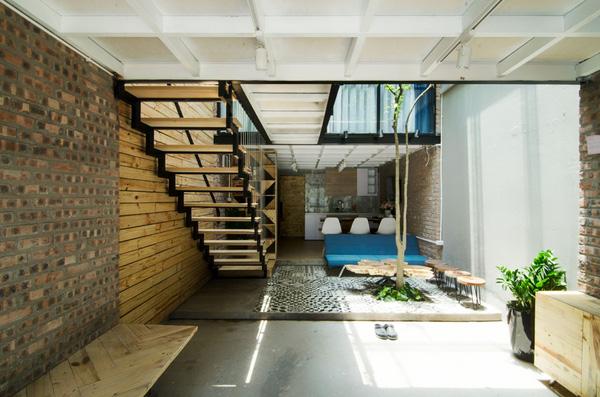 Tầng 1 được bố trí bao gồm khu vực để ô tô, khu tiếp khách, khu bếp - ăn, khu vệ sinh, sân phơi sau nhà.