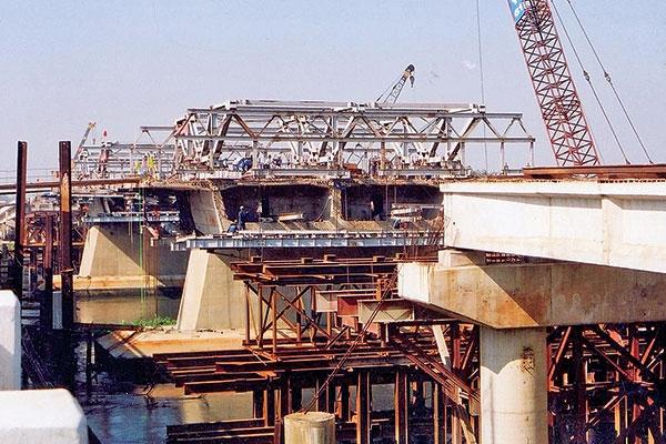 Bộ GTVT đã thoái vốn 100% tại Cienco6 (Trong ảnh: Công nhân Cienco6 thi công đúc hẫng cầu Bình Phước)