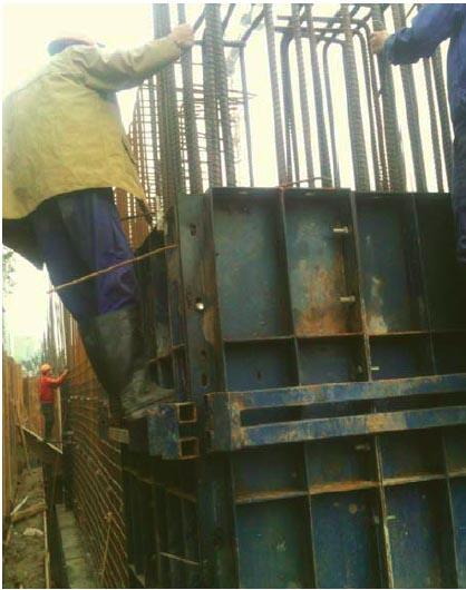Công nhân thi công kết cấu thép cho trụ nhưng không có giàn giáo, không thắt dây an toàn như quy định.
