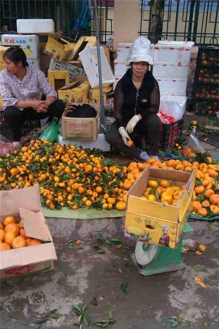 Nhưng nhiều người cũng phải khiếp sợ với những thứ hóa chất được ủ ướp trong hoa quả Trung Quốc và họ phải đeo găng tay đi bán để tránh tiếp xúc trực tiếp với loại hoa quả này
