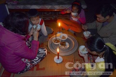 Cuộc sống đảo lộn, chẳng hạn như bữa cơm trong đêm của cả gia đình