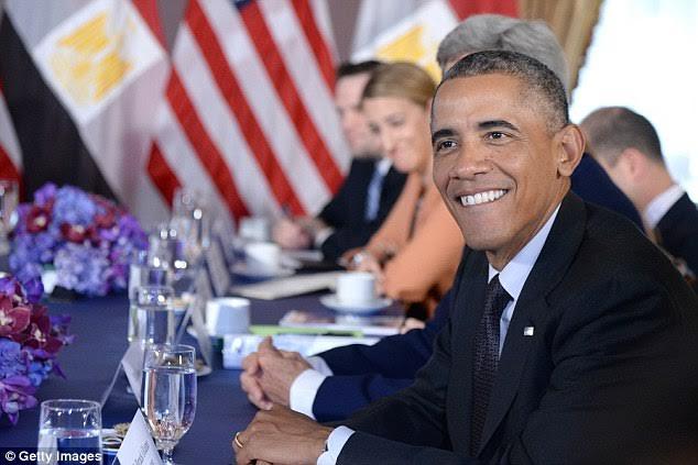 Tổng thống Mỹ thường nói không với thức ăn nhanh, soda và cà phê. Ông thích uống nước cam hoặc trà xanh vào buổi sáng.