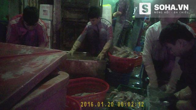 Mực siêu rẻ được sơ chế ngay trên hè đường trong chợ Đổ (Hải Phòng)- Ảnh cắt từ Clip.