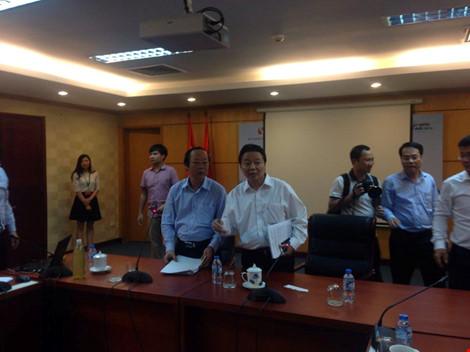 Bộ trưởng Trần Hồng Hà thông báo cuộc họp sẽ bắt đầu sau ít phút nữa. Ảnh: ĐT