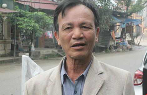 Ông Nguyễn Văn Toàn bức xúc khi xe tải tăng đột biến trên quốc lộ 38 khiến nhà cửa rung như có động đất. Ảnh: VIẾT LONG