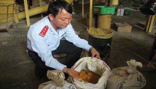 Cơ quan chức năng phát hiện sử dụng chất cấm tại Cty TNHH thức ăn chăn nuôiTrường Phú (Hải Dương). Ảnh: Phạm Anh.
