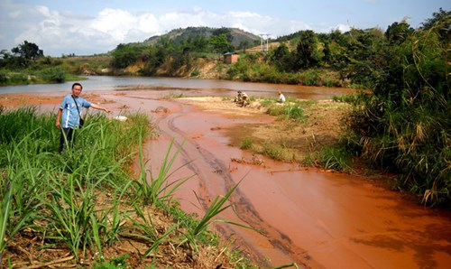 Sông Ba đỏ lòm, đặc quánh bùn thiếc do nhà máy tuyển quặng Kbang của Tập đoàn Hoàng Anh Gia Lai xả ra.