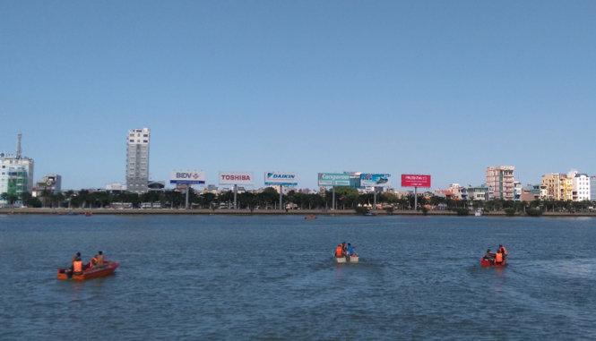 Lực lượng người nhái được tung ra sông Hàn lúc 15g00 - Ảnh: ĐOÀN CƯỜNG