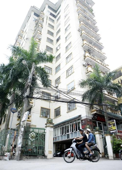 45 hộ dân sống tại tòa nhà Sông Đà nhiều năm nay làm đơn kiến nghị lên chủ đầu tư yêu cầu làm sổ đỏ nhưng bị từ chối. Ảnh: Như Ý