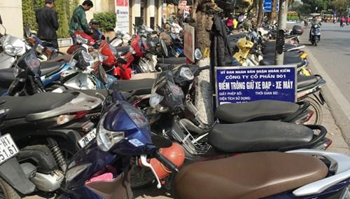 Có bảng niêm yết thu 3.000 nghìn đồng lượt xe máy, nhưng điểm trông giữ xe của Cty Cổ phần 901 do UBND quận Hoàn Kiếm cấp phép hôm qua đã thu 10.000 đồng/lượt. Ảnh: Anh Trọng.