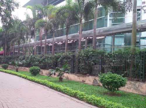 Toàn bộ diện tích của nhà hàng Lộc Việt phía giáp hồ Thành Công được dựng rào chắn kiên cố.