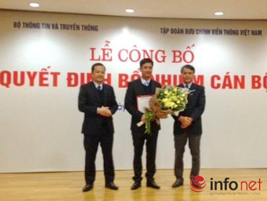 Ông Trần Mạnh Hùng (ngoài cùng bên phải) trao quyết định bổ nhiệm cho ông Nguyễn Nam Long (Ảnh: Lan Phương)