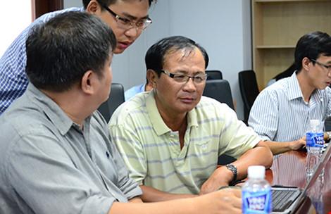 Ông Tấn (ngồi giữa, đeo kính) đang trả lời câu hỏi của bạn đọc tại buổi giao lưu trực tuyến. Ảnh: PHƯỚC TĨNH
