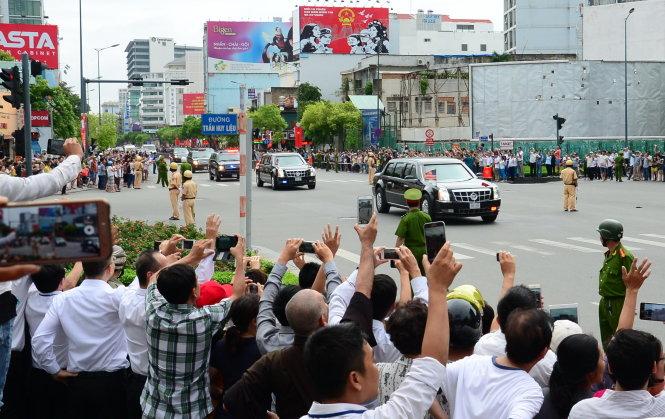 Người dân Sài Gòn đón tổng thống Obama khi xe chạy ngang ngã tư Nguyễn Văn Trỗi - Trần Huy Liệu, Q.PN. Ảnh: TTD